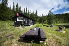 Cabine pelo lago no norte de Noruega Imagem de Stock