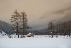 Cabine pequena no vale da montanha Imagens de Stock Royalty Free