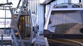 Cabine per la scalata della montagna nella stazione sciistica in funzione archivi video