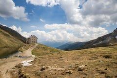 Cabine Pforzheimer HÃ ¼ tte naast Meer in de Alpen, Zuid-Tirol, Italië Stock Afbeeldingen