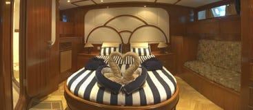 Cabine principale sur un yacht de luxe Images stock