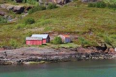 Cabine rosse sulle rive dell'isola di uccelli Immagini Stock Libere da Diritti