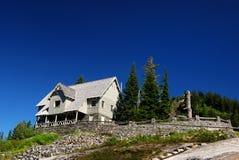 Cabine sur la montagne photographie stock libre de droits