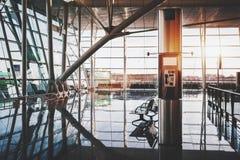 Cabine téléphonique à l'intérieur de gare ferroviaire moderne Photo libre de droits