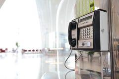 Cabine téléphonique dans l'aéroport de Dubai International Photographie stock