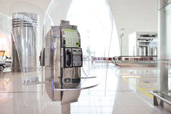 Cabine téléphonique dans l'aéroport de Dubai International Photos libres de droits