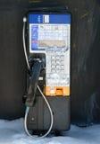 Cabine téléphonique en hiver photo stock