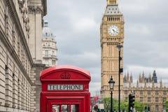 Cabine téléphonique rouge à la place du Parlement près de Big Ben à Londres images stock