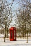 Cabine téléphonique rouge en hiver Photo stock