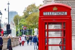 Cabine téléphonique rouge sur la rue de Londres image libre de droits