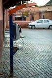 Cabine téléphonique sur la rue à Marrakech Photo stock