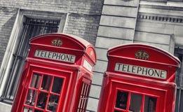 Cabine telefoniche rosse tipiche a Londra Fotografia Stock