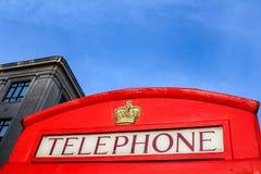 Cabine telefoniche rosse tradizionali a Londra fotografie stock