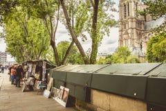Cabine traditionnelle de Bouquiniste au bord de la Seine Photos libres de droits