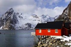 Cabine tradizionali dei pescatori nell'arcipelago di Lofoten immagini stock libere da diritti