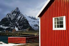 Cabine tradizionali dei pescatori nell'arcipelago di Lofoten fotografia stock libera da diritti