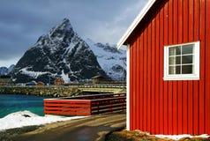 Cabine tradizionali dei pescatori nell'arcipelago di Lofoten fotografie stock