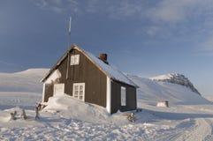 Cabine van hout in het midden van een bevroren paradijs - 2 Royalty-vrije Stock Foto's