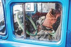 Cabine van oude vrachtwagen door zijruit Royalty-vrije Stock Foto