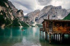 Cabine velha em Lago Di Braies nas dolomites italianas imagens de stock royalty free
