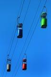 Cabine vuote della cabina di funivia sul fondo del cielo blu Fotografia Stock