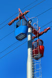 Cabine vuote della cabina di funivia sul fondo del cielo blu Fotografie Stock