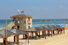 Cabinebadmeesters op het strand van Tel Aviv, Israël Royalty-vrije Stock Foto