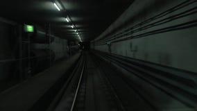 Cabinemening die van trein zich in donkere metrotunnel bewegen stock footage