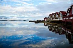 Cabines campantes sur un fjord photo stock