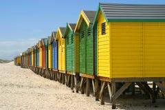 Cabines changeantes sur l'avant de plage photographie stock libre de droits