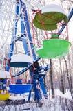 Cabines colorées de roue de ferris sous la neige vertical Image libre de droits