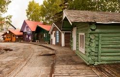 Cabines coloridas no passeio à beira mar Imagem de Stock