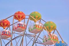 Cabines coloridos de uma roda de ferris sobre um fundo do céu azul com um dia ensolarado Frente marítima em Bulgária, areias dour imagem de stock