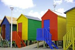 Cabines d'arc-en-ciel de bord de la mer Image libre de droits