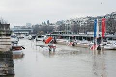 Cabines de bilhete escondidas sob níveis de água levantados de rio Seine em Paris, França fotografia de stock