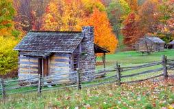 Cabines de logarithme naturel de montagne dans l'automne Photographie stock