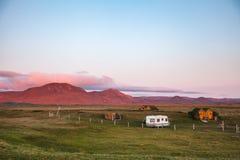 Cabines de madeira do telhado do relvado que acampam nas montanhas de Islândia Escandinávia fotografia de stock royalty free