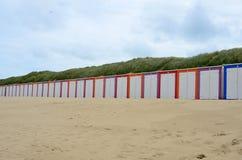 Cabines de plage dans le sable Hollande photographie stock