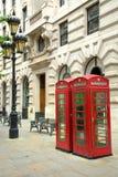 Cabines de téléphone anglaises rouges dans une rue Images stock