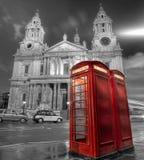 Cabines de téléphone et cathédrale de rue Paul Image libre de droits
