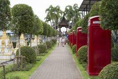 Cabines de telefone inglesas no parque da senhora Nong Nooch Turistas mim imagem de stock