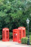 Cabines de telefone vermelhas britânicas icónicas imagens de stock