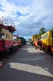Cabines des trains électriques de support technique russe moderne et des grues ferroviaires La vue de côté des têtes du chemin de Photos stock