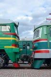 Cabines des trains électriques russes modernes La vue de côté des têtes du chemin de fer s'exerce avec beaucoup de roues et fenêt Photographie stock libre de droits
