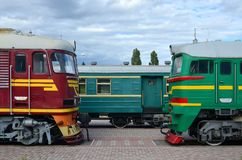 Cabines des trains électriques russes modernes La vue de côté des têtes du chemin de fer s'exerce avec beaucoup de roues et fenêt Images stock