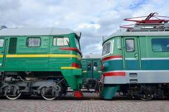 Cabines des trains électriques russes modernes La vue de côté des têtes du chemin de fer s'exerce avec beaucoup de roues et fenêt Photo libre de droits