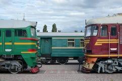 Cabines des trains électriques russes modernes La vue de côté des têtes du chemin de fer s'exerce avec beaucoup de roues et fenêt Photo stock
