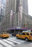 Cabines jaunes devant le théâtre de variétés par radio de ville à Manhattan nouveau y Photographie stock libre de droits