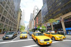 Cabines jaunes sur Fifth Avenue, Manhattan, New York City photographie stock libre de droits