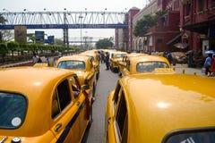Cabines jaunes sur le support de taxi près de la gare ferroviaire Image stock